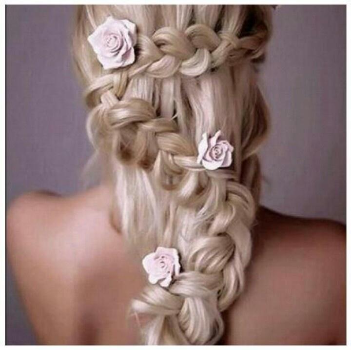 #Acconciatura sposa con #treccia e rose rosa. Scopri altre acconciature sposa: http://www.matrimonio.it/collezioni/acconciatura/2__cat