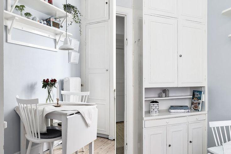 I en av de vackraste fastigheterna på Heleneborgsgatan finner ni denna mycket charmiga 2:a med gavelläge. Lägenhetens charm präglas av flera tidstypiska detaljer så som väl tilltagen takhöjd, genomgående vackra trägolv, spröjsade fönster och dörrar i original. Genomgående god standard med tidlöst badrum och ljusa ytskikt. Lägenheten ligger på 2 trappo...