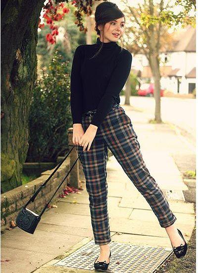 黒タートルネックセーター×チェック柄パンツのコーデ(レディース)海外スナップ | MILANDA