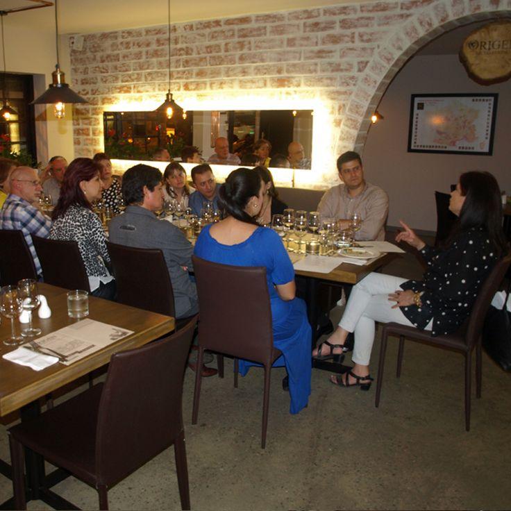 TERTULIA Y CATA CON CENA - NOCHE DE VINOS FRANCESES. El día de ayer, 25 de febrero, en ORIGEN - Museo del Vino tuvimos nuestra primera terlulia con la MESA DE LOS SEÑORES, descorchamos 4 vinos: Chardonnay, Pinot Noir, Merlot y Moscatel (cosecha tardía), la charla estuvo a cargo de ANGELA MARÍA VELAZQUEZ, la representante de Medellín, quién nos contó sobre regiones, cepas y viñedos franceses: fue muy interesante.