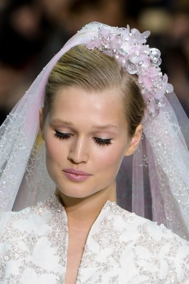 Weddbook is a content discovery engine mostly specialized on wedding concept. You can collect images, videos or articles you discovered  organize them, add your own ideas to your collections and share with other people - Wedding Headwear