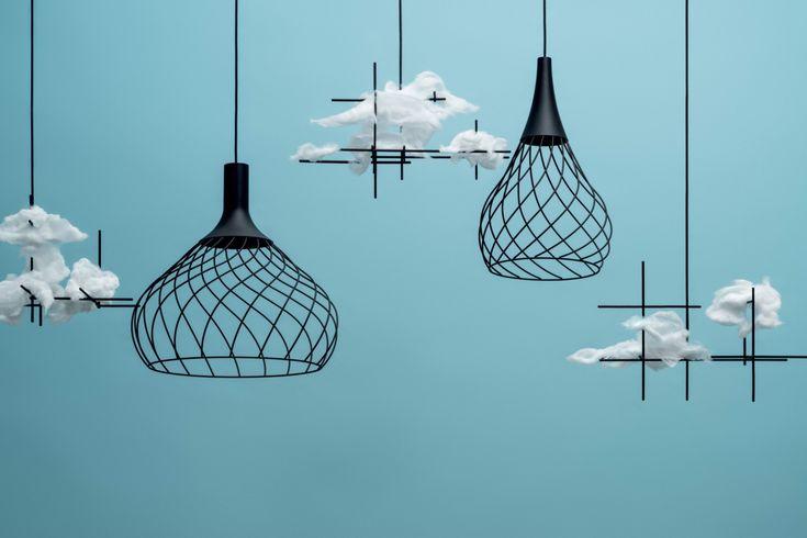 Un lampadario a sospensione voluttuosamente elegante dal gusto delicatamente vintage declinato in due varianti di forma, una raccolta l'altra più aperta.