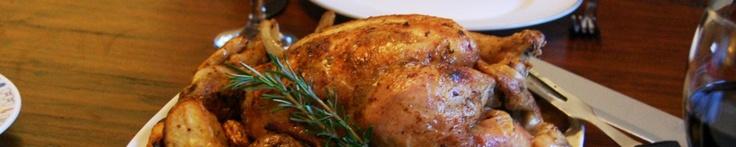 Hele kip uit de oven met rozemarijn en knoflook, plus pastinaak, tomaatjes, ui en aardappels