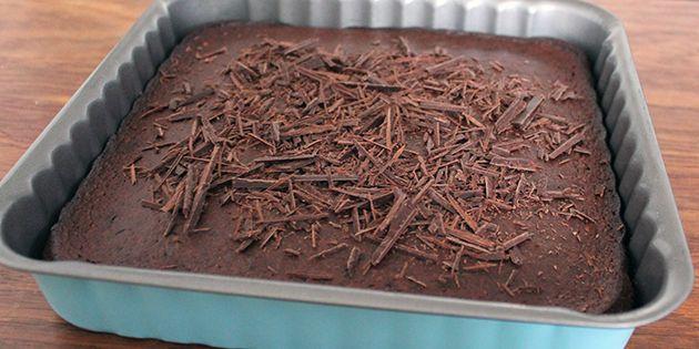 Den ultimative sunde chokoladekage, som man kan snyde enhver chokoladekage-elsker til at tro, er usund. Kagen er dejlig luftig og svampet og gemmer på små stykker af hakket, mørk chokolade.