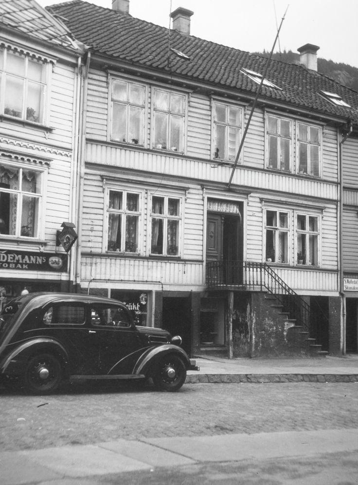 [Ladegårdsgaten.Personbilen er en engelsk Ford som kom året 1938/39]