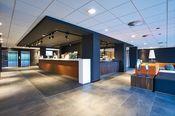 Postillion Hotel Dordrecht  Description: U vindt Postillion Hotel Dordrecht aan de A16 de snelweg van Breda naar Rotterdam waar u de afslag 's-Gravendeel moet nemen. Een vriendelijk en tegelijkertijd functioneel hotel vlakbij de rust van de Biesbosch en de bedrijvigheid van Rotterdam en Breda. In het restaurant kunt u terecht voor een snelle lunch of uitgebreid diner of voor een snack of kopje koffie. Als u met een groep komt dan bestaat de mogelijkheid om in besloten gezelschap te lunchen…