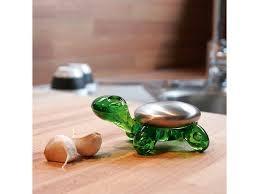 Praktyczne mydełko usuwające zapachy niemieckiej marki Koziol. Produkt został wykonany z wysokiej jakości tworzywa sztucznego i stali. Mydełko pomaga usunąć nieprzyjemne lub uciążliwe zapachy. Produkt dostępny jest w kilku kolorach.