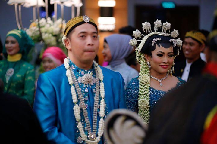 Riasan rambut pada pengantin perempuan berupa sanggul, rangkaian bunga melati dan Cundhuk Menthul. Cundhuk Menthul ini melambangkan matahari sebagai pusat terang dan kehidupan.