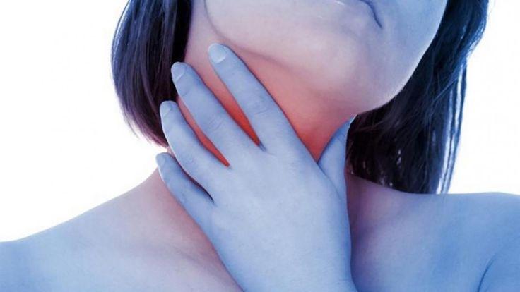 Boğaz Ağrısı İçin 15 Mucize Yiyecek ve Yöntem  Kış ayları yaklaştıkça boğaz ağrısı sorunları baş göstermektedir. Hava değişimi başladıktan sonra soğuk algınlığı rahatsızlığıyla birlikte oluşan boğaz ağrısı yutkunduğunuzda veya nefes aldığınızda çeşitli sıkıntılara neden olabilmektedir.
