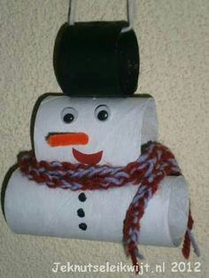 Making a snowman with toiletpaper rolls, some eyes, paper and a ribbon