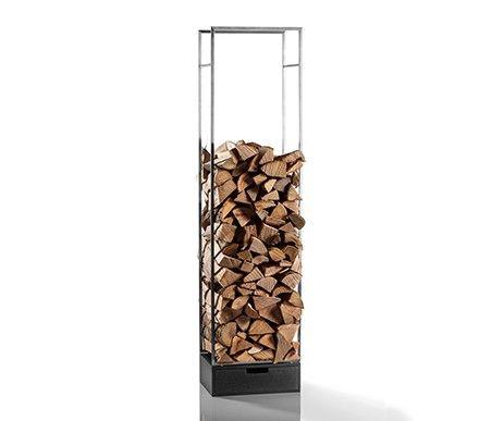 Margo to ekskluzywny regał na drewno kominkowe wykonany ze stali. Na dole znajduje się funkcjonalna szuflada z drewna dębowego lakierowana na czarno.