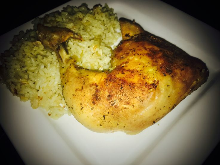 Nejlepší jsou jídla, kdy člověk nepotřebuje hromadu hrnců a nádobí. Recept na pečené kuře s rýží je pravdu velmi jednoduchý. Oběd máte připravený během chviličky s minimálním úsilím. Pečené kuře je nejlepší s křupavou kůrkou a díky tomu, že se rýže peče společně s kuřetem získá výbornou chuť.