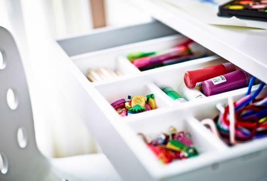 Tabuleiros para talheres, escondidos ou em cima da secretária, podem ser casa de canetas e tintas.