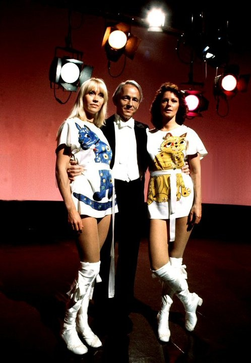 Agnetha & Frida in a Danish tv-show with famous Danish Bent Fabricius-Bjerre (composer of melody Alley Cat)