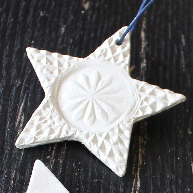 Selvhærdende hvidt ler 500 gram til DKK 37,50 - stjerne-udstiksforme og vokset bomuldssnor - materialer fra min #kreahobshopdk - vejledning på bloggen nu #tinadalbogedk #julepynt #stjerne #selvhærdendeler #diy #hjemmelavet #pynt #ophæng #kreativ #tinadalboge