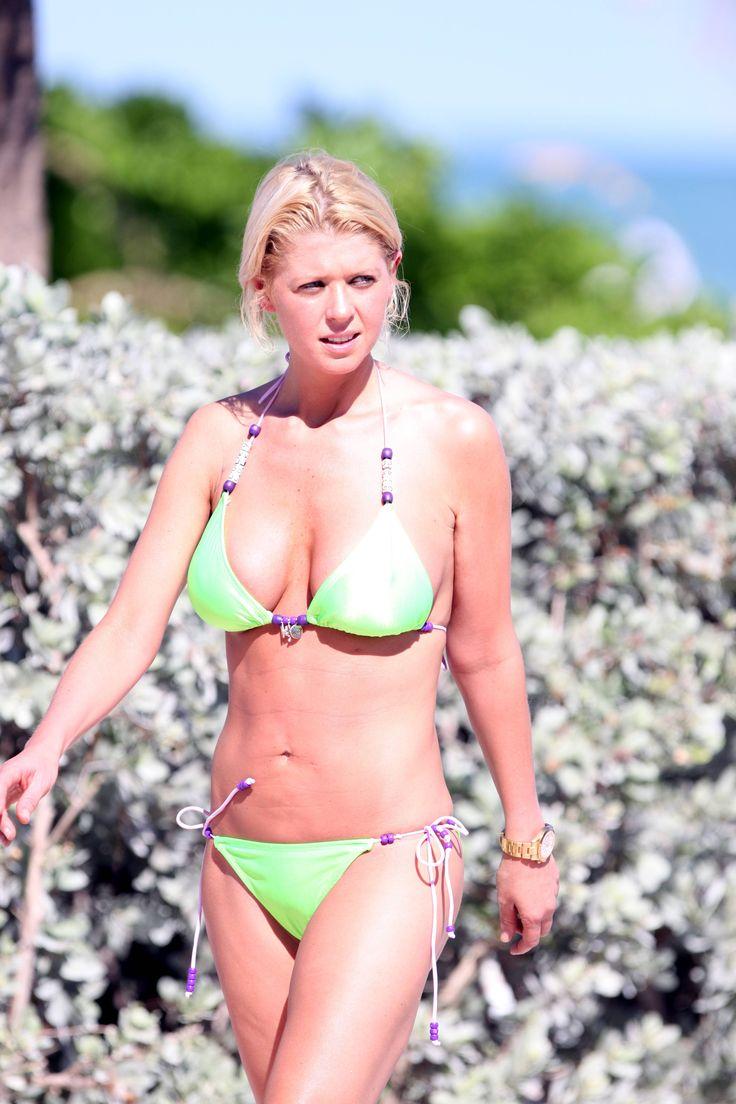 aAfkjfp01fo1i-7352/loc258/77263_Celebutopia-Tara_Reid_with_green_bikini_on_the_beach_in_Miami-37_122_258lo.jpg