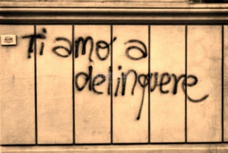 Improbabili dichiarazioni d'amore e strafalcioni tragicomici, battute spiritose, satira politica e anche autentiche perle di filosofia urbana: sono le scritte sui muri - con qualche incursione su altre superfici - fotografate in giro per l'Italia ed esposte all'Ostello Bello in via Medici 4, a Milan…