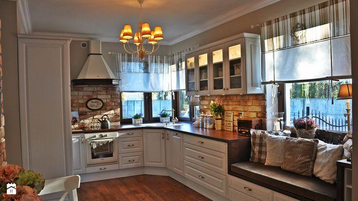Kuchnia w stylu prowansalskim z cegłą na ścianie