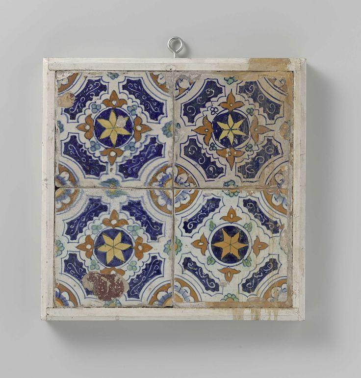 Anonymous | Veld van vier tegels, Anonymous, 1600 - 1625 | Veld van 4 tegels (2 x 2) elk met een veelkleurig (blauw, rood-oranje, geel en groen) geschilderde ster in een cirkel versierd met lelies omgeven door vakken met ranken. In de hoeken, een kwart rozet.