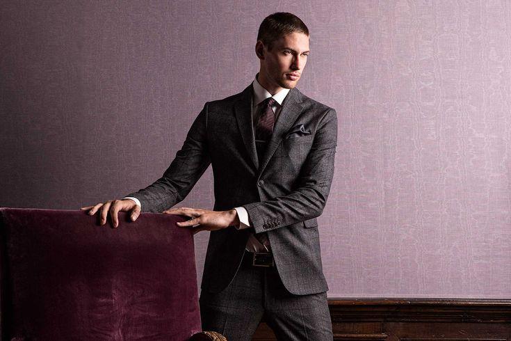Rustikal, urban und kernig - so lässt sich wohl der aktuelle Großstadt Suit Trend beschreiben. Nicht typisch Business, aber durchaus tauglich. Das klassische Tweed Jacket prägt den britischen Flair und verleiht dem Look so seinen rougheren Touch. Ob als kompletter Anzug oder in Kombination mit schlichter Jeans, mit Hemd oder strengem Rollkragenpullover, der britische Stil wirkt stets seriös und Gentleman like. #soerenfashion #gentlemen #collection #autmn #suit #drykorn #tigerofsweden #blick