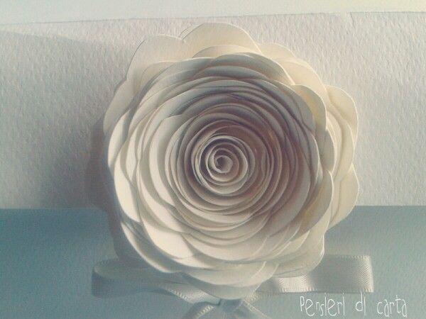 Dettaglio della rosa di carta(fatta a mano) realizzata per il packaging realizzato su misura