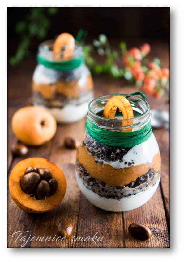 Słoik z owocami nieśplika japońskiego, płatkami jaglanymi, quinoa i jogurtem – Tajemnice smaku