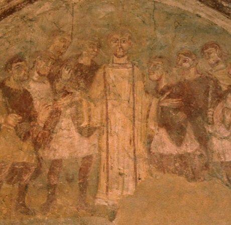 Auxerre. Cryptes de l'ancienne abbatiale Saint-Germain. mi-IXè. Oratoire Saint-Etienne. Mur Ouest, face à l'autel, St Etienne au Sanhédrin, entouré de ses détracteurs, en position d'orant, analogue à celle d'un prêtre.