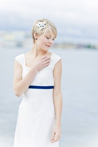 noni 2015 Headpiece aus Kanzashi-blüten zum elegantes Hochzeitskleid mit dunkelblauem Band und V-Ausschnitt  (www.noni-mode.de - Foto: Le Hai Linh)