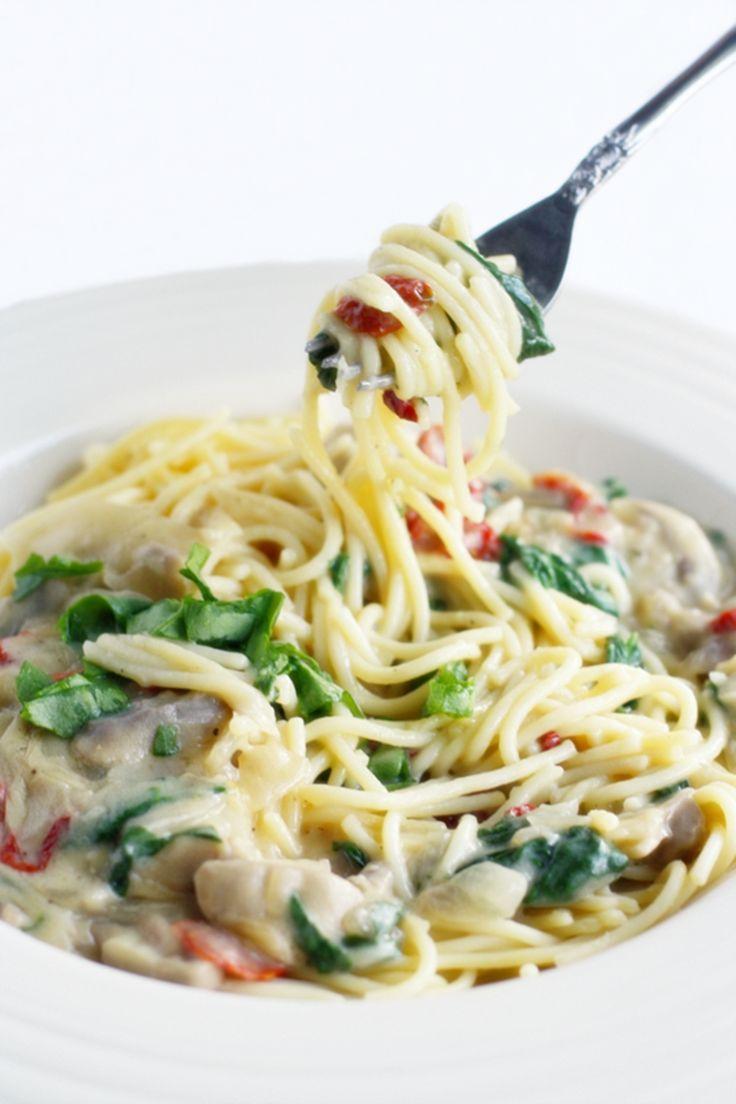 Pasta com Tomate Seco e Molho Cremoso de Cogumelos  https://www.facebook.com/vegetarianossim/photos/a.1433014513624321.1073741828.1432765226982583/1473960722863033/?type=1&theater