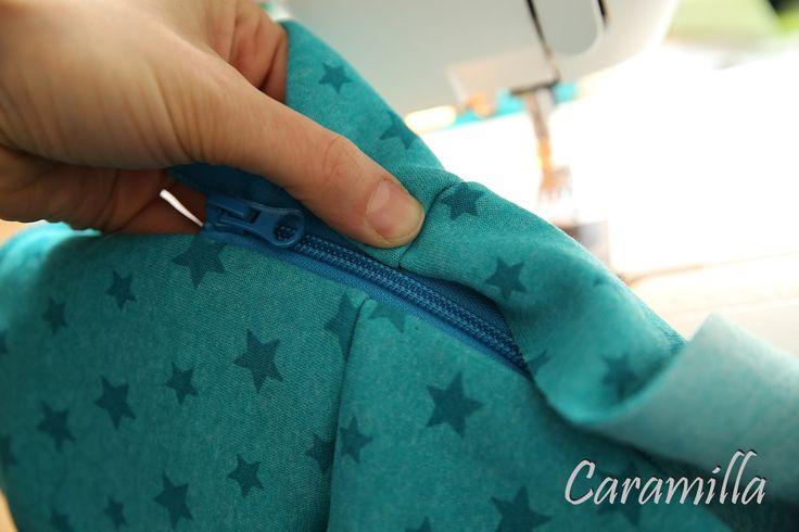 Aby zip byl všit rovně, tak je třeba pečlivě druhou část před šitím proměřit a zafixovat.