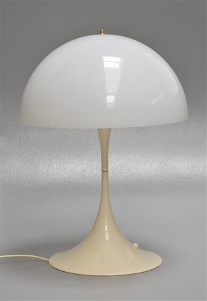 Verner Panton. Panthella bordlampe af hvidt akrylplast, afbryder på fod. Formgivet i 1971. Fremstillet hos Louis Poulsen. H. 70 cm., Ø. 50 cm. Fremstår med nyere skærmmontering fra anden producent samt farveforskel og brugsspor.
