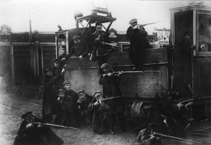Plataforma de tranvía blindado en Zamoskvorechye, noviembre de 1917, Moscú.  Guardia Roja - Las fuerzas armadas voluntarias, crear organizaciones del Partido territoriales del POSDR (b) para la puesta en práctica de la revolución de 1917 en Rusia, la principal forma de organización militar de los bolcheviques durante la preparación y ejecución de la revolución de octubre y los primeros meses de la Guerra Civil.