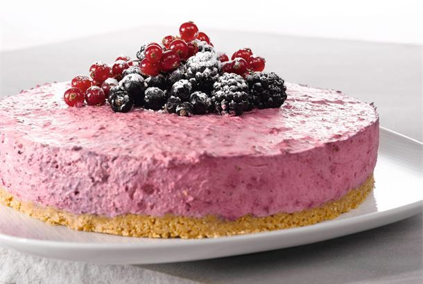 Mustaherukkakakku ✦ Hyydytetty mustaherukkakakku on raikas, herkullinen kakku. Se on monen suosikki, koska se ei ole liian makea. http://www.valio.fi/reseptit/mustaherukkakakku/