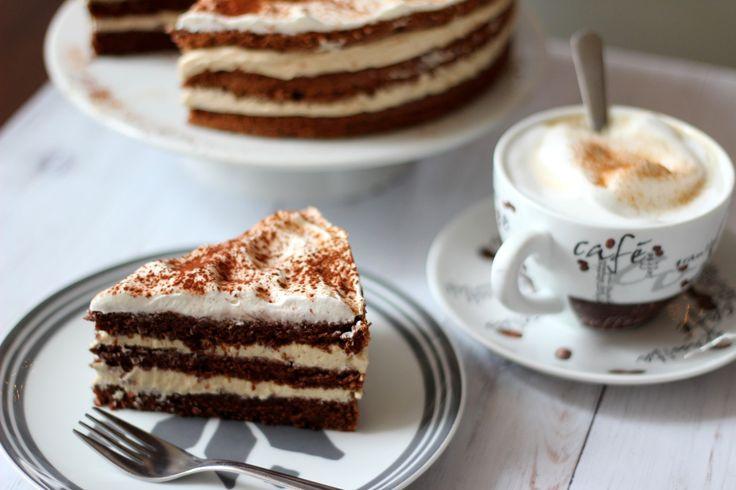 Az idei Segítsütis felajánlásom volt ez a habkönnyű cappucino torta. Végre megörtént az átadás, így ahogy ígértem jön a recept is. A kakaós-diós picit kávés piskótalapok közt, egy kávés fehércsokis mascarponés hab figyel, ami nem túl édes, nem túl kávés, viszont könnyű, légies. Pont, mint egy…