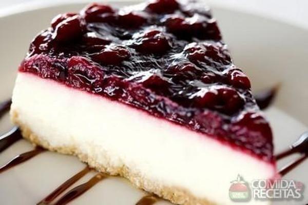 Receita de Cheesecake com calda de frutas vermelhas em receitas de tortas doces, veja essa e outras receitas aqui!