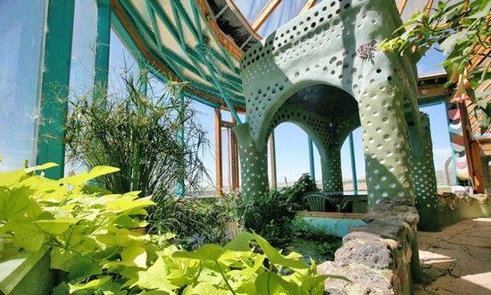 Michael Reynolds, casa Phoenix, 100% ecosostenibile (fatta con bambu', terra, cemento, bottiglie di vetro, plastica e pneumatici), in grado di resistere ad un eventuale terremoto, anche del nono grado della scala Richter, e alle devastanti onde di uno Tsunami