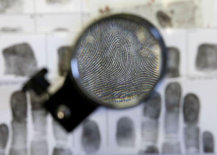 Fingerabdrücke – Geschichte des Erfolgsmodells Daktyloskopie.Die Erkenntnis über die individuellen unveränderlichen Papillarlinien stieß in der Kriminologie zunächst auf Ablehnung. Spektakuläre Fälle änderten dies. Die Entdeckung, dass die menschliche Haut an...