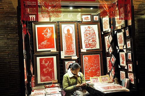 https://flic.kr/p/61FH9Z | A woman that sells paper cut pictures during Spring Festival