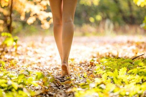 L'idée peut paraitre absurde mais marcher pied-nu 5 min par jour nous aiderait à nous sentir mieux. https://www.ninaetnino.fr