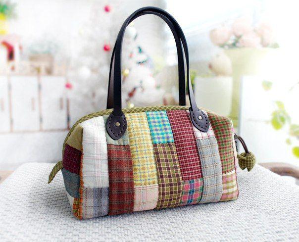 Auf folgende Seite erkennen Sie, wie kann man ganz einfach solche schöne Tasche aus Stoffresten nähen. Die Anleitung ist hier, schauen Sie mal bitte!