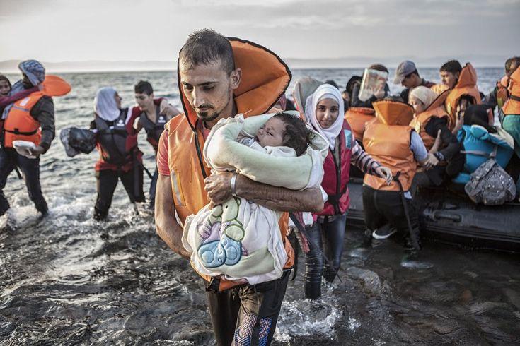 Un grupo de refugiados desciende de una barca de plástico tras cruzar el Mar Egeo. Según Acnur, el 37% de los refugiados llegados a Europa tras cruzar el Mediterráneo son niños.