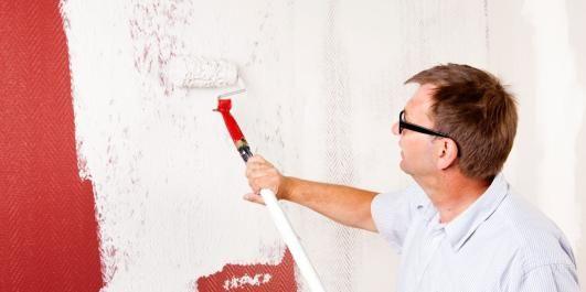 RULLESPARKEL: Med malerull er det lettere å få en jevn overflate siden sprakelmassen er lett og finkornet, og rullen gjør det enklere å fordele sparkelen.
