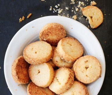 Småkakor behöver inte alltid spela rollen som fikabröd – de här salta godbitarna passar bäst antingen som middagstillbehör eller på buffébordet. Och de går åt i ett nafs!
