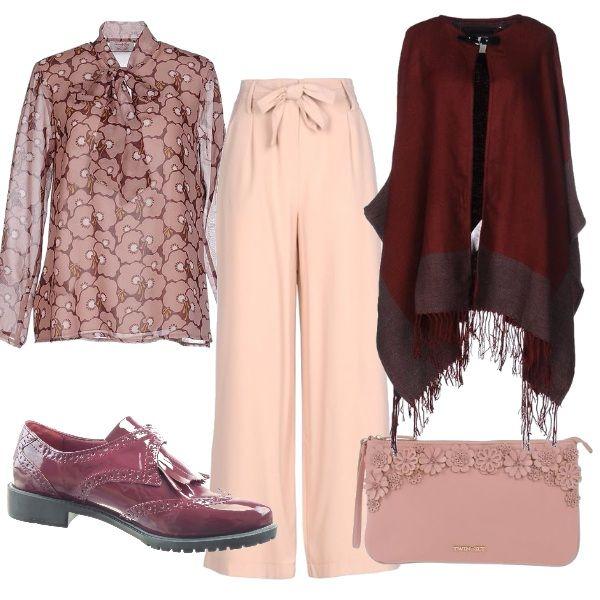Fiori rosa stampati sulla camicia ed in rilievo sulla pochette. Un tocco di primavera in quest'outfit autunnale elegante ma confortevole al contempo. Pantalone largo e mocassino all'inglese sono l'ideale per una lunga giornata in ufficio.