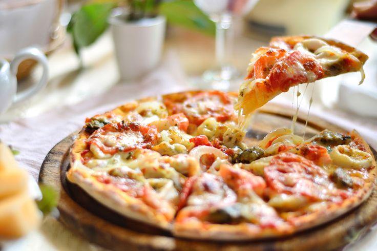 ***Recetas para hacer Pizzas Originales*** Aprende algunas recetas para hacer las más deliciosas pizzas originales, y deja la típica mozzarella con morrones en el pasado......SIGUE LEYENDO EN..... http://comohacerpara.com/recetas-para-hacer-pizzas-originales_12498c.html