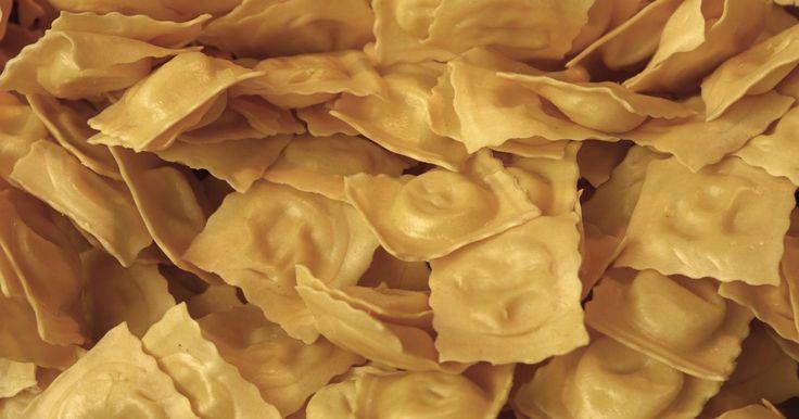 Instruções para os acessórios da máquina de ravióli Atlas Marcato Pasta. Usar uma máquina de ravióli torna o processo de preparação muito mais fácil. Fazer seu próprio ravióli permite que você tente receitas novas e diferentes, como usar toda a massa ou fazer recheios únicos e molhos cheios de sabor. Por exemplo, use um bife cortado em pedaços pequenos como recheio e sirva os raviólis com um molho feito de creme ...