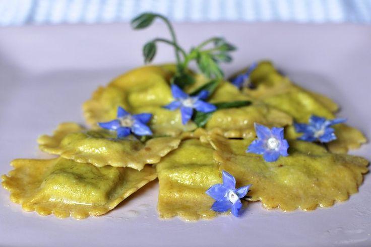 I bellissimi fiori blu della borragine attraggono le api. E figuriamo se  non attraggono molto anche me che adoro utilizzare i fiori in cucina, direi  che compro di proposito la borragine per godermi i fiori... poi con le  foglie preparo questi ravioli, e non solo...
