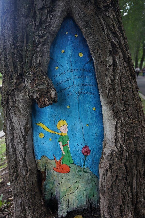 Маленький принц и Ежик в тумане: кто рисует сказочные картины на деревьях Москвы • НОВОСТИ В ФОТОГРАФИЯХ