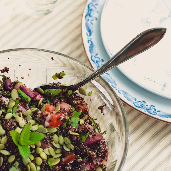 5 dl kokt quinoa, gärna den trefärgade eller som här den svarta     1 rödlök     eventuellt en klyfta vitlök     1-2 tomater eller 10 små körsbärstomater     1 pkt blandade kokta bönor     en näve sallad - här tog vi bladen från rödbetorna     hackad basilika     lite citronsaft      olivolja     salt och peppar