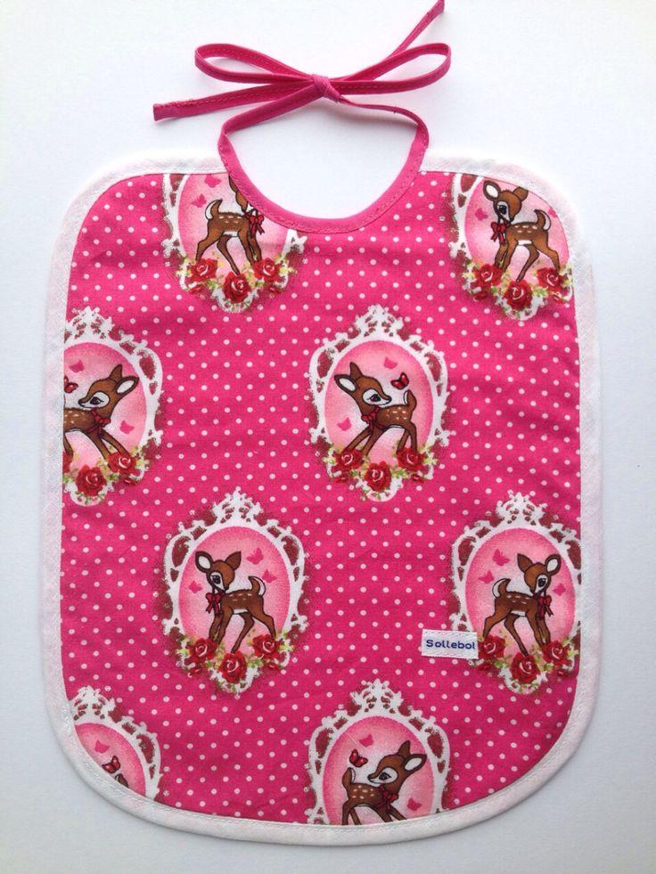 Het Bambi slabbetje is speciaal gemaakt voor hippe meisjes. Met aan de ene kant een Bambi dessin en aan de andere kant is de slab lichtroze met witte sterren. Afgemaakt met een roze en wit om het slabbetje sierlijk om te doen.  Materiaal: 100% Katoen Gevoerd met molton Afmetingen: +- 25 cm x 30cm